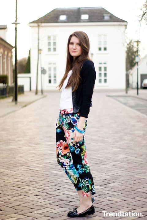 <p>Si te atreves con los pantalones de flores pero no sabes muy bien cómo combinarlos para no caer en el exceso, toma nota de cómo lo hace Jules: top blanco, cárdigan negro y mocasines. Sencilla y perfecta.</p>