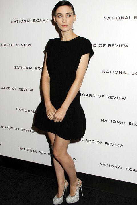 <p>La actriz de la saga 'Millennium' parece que se multiplica y de nuevo apostó por el negro en un sencillo vestido corto sobre la alfombra roja. <strong>Para copiar...</strong> sus <i>stilettos</i> plata con plataforma.</p>