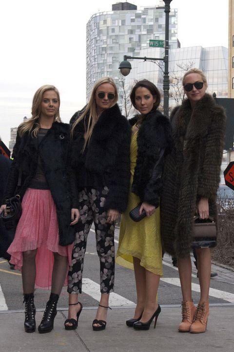 <p>Este grupo de fashionistas representa el galmour que se vive en torno a la pasarela neoyorquina. faldas asimétricas, abrigos de piel y accesorios perfectos.</p>