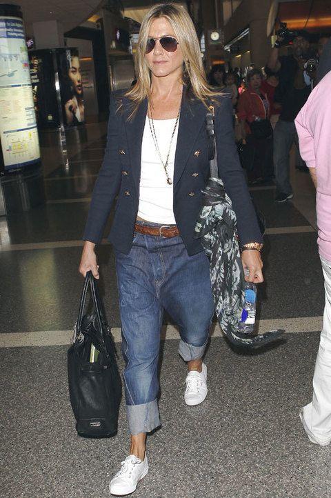 <p> Este día la actriz decidió robarle los pantalones a su novio Justin Theroux y combinarlos con camiseta básica, blazer navy y zapatillas. No nos convence. <br /><strong>Nota:4</strong></p>