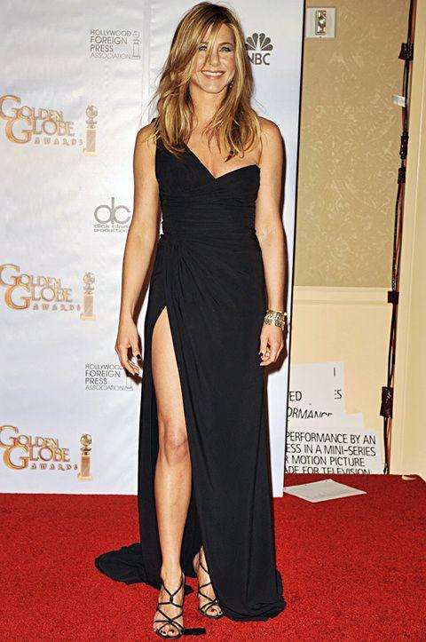 <p>Por algo Brad Pitt se enamoró de las dos. <strong>Jennifer Aniston</strong> y Angelina son tan parecidas que coinciden hasta en la elección de sus vestidos. Este vestido asimétrico es de <strong>Valentino</strong>.</p>