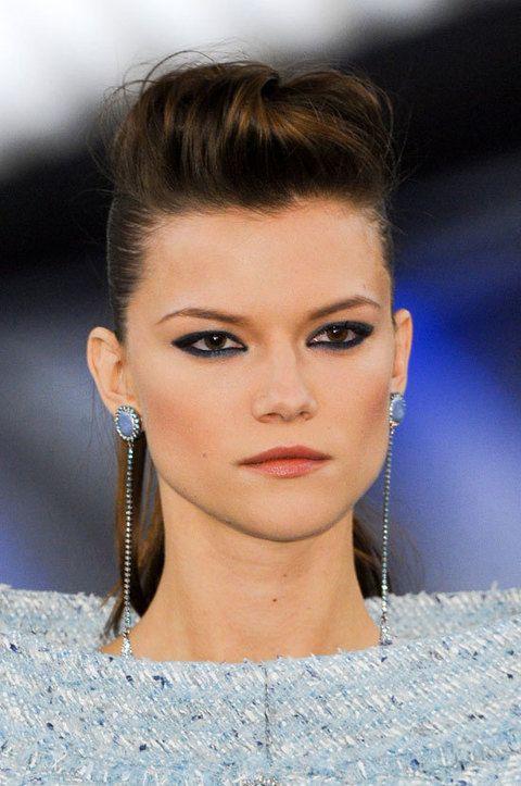 <p>El tupé es la opción elegida por <strong>Chanel</strong>: lo acompaña de un maquillaje de ojos cargado en tono azul marino y colorete rosa oscuro que marca los pómulos.</p>
