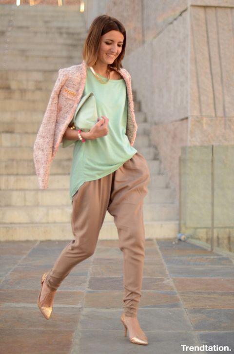 <p>Los complementos dorados pueden ser muy Buenos aliados de los colores pastel. Alexandra opta por ellos a la hora de elegir zapatos y collar, y el resultado es elegante y muy chic.</p>