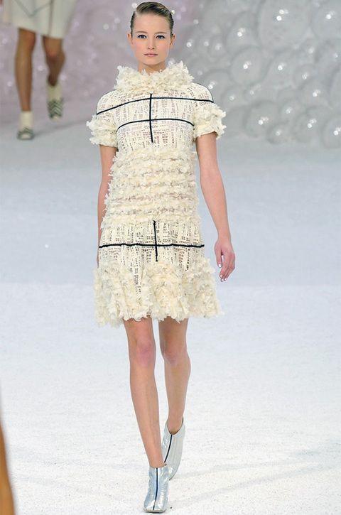 <p>Si tuviera que elegir una firma de la que pudiera tener un look, ésa sería sin duda <strong>Chanel</strong>. Ya me sé de memoría sus propuestas primavera-verano 2012 y no me pueden gustar más. El color blanco destaca en una colección que nos transporta a un fondo marino y mis reyes serían mucho más que magos si me pudiesen traer este vestido blanco 100% chic. Ya sólo tendría que preocuparme de la fiesta en la que luciría este <i>outfit </i>tan glamuroso. (Carmen Bejerano, redactora de Moda y Belleza).</p>