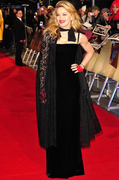 <p>En la premiere de 'W.E.' en Londres, Madonna apareció con un vestido negro de terciopelo de <strong>Jean Paul Gaultier</strong> que acompañó de una capa de encaje de <strong>Dolce & Gabbana </strong>y mitones rojos de piel. Un look entre gótico y vampírico algo extraño. Lo mejor... su peinado.</p>