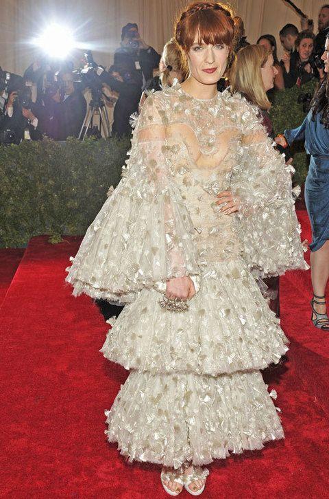 <p>Era previsible el estilismo de <strong>Florence Welch</strong> que se entregó al exceso con este vestido de organza bordada con maxivolantes de <strong>Alexander McQueen.</strong></p>