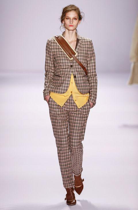 <p>Nunca debe faltar en un armario de aire británico un buen traje de cuadro inglés.</p>