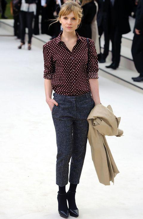 <p>Tan chic como siempre vimos a <strong>Clemence Poesy</strong> en el front row de <strong>Burberry</strong> con sus pantalones crapi y camisa burdeos con lunares.</p>