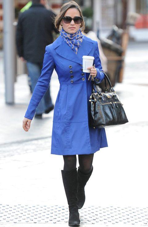 <p>Para darle alegría a un lluvioso y oscuro día londinense, Pippa no lo duda y elige el color azul Klein como su mejor arma.</p>