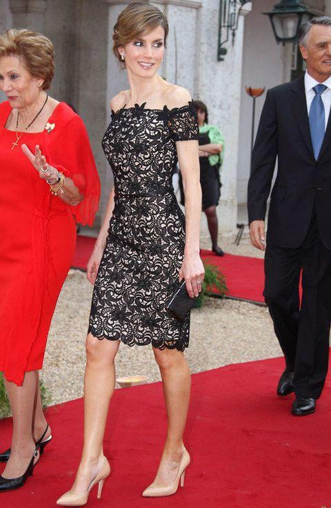 <p>Letizia volvió a deslumbrar con un little lace dress negro con fondo nude y escote barco. Como complementos eligió unos salones nude y un clutch XS.</p>