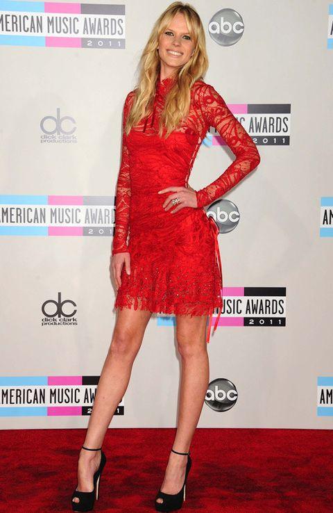 <p>La modelo <strong>Anne Vyalitsyna </strong>prefiere el color más sexy para los LLD, el rojo con complementos en negro.</p>