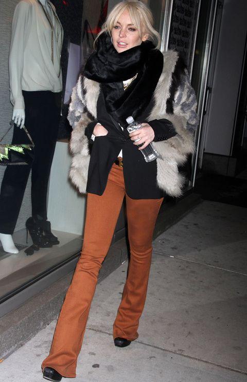 <p><strong>Lindsay Lohan</strong> no nos convenció con sus pantalones campana largos, plataformas y superposiciones de abrigo de piel, blazer y fular XL.</p>