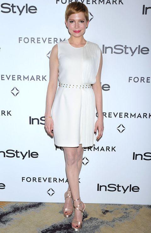 <p>Este tipo de vestidos van con todo tipo de colores y cualquier complemento. La actriz Michelle Williams combina su vestido de <strong>Versace </strong>con un cinturón dorado.</p>