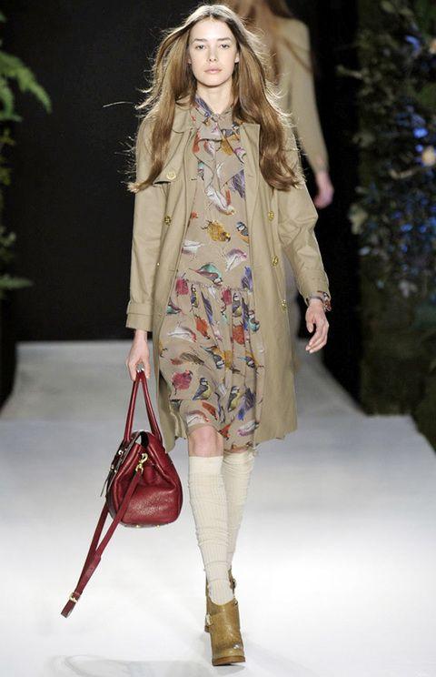 <p>Afronta el mal tiempo con un look lady muy trendy, con vestido de estampado de pájaros y trench. Las calzas y botines camperos dan el toque bohemio.</p>