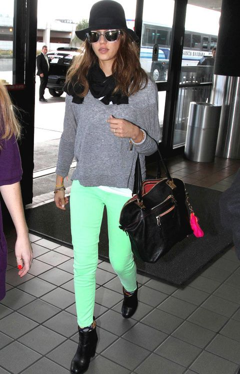 <p><strong>Jessica Alba,</strong> perfecta con este look casual de pantalones flúor con complementos negros y jersey gris.</p>