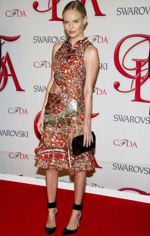 <p><strong>Kate Bosworth</strong> sacó su lado más fashionista con este vestido midi de cuello mao con paillettes y un corte lateral de <strong>Altuzarra</strong>. La actriz lo complementó con clutch y salones al tobillo en negro.</p>