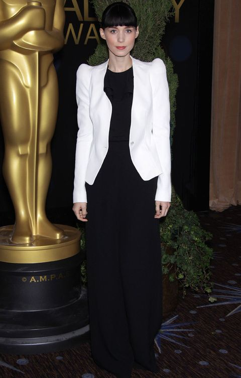 <p><strong>Rooney Mara </strong>también merece un puesto de honor por acudir a la comida pre Oscar con su mono negros low cost de Asos. Acertó al acompañarlo de una&nbsp;chaqueta blanca de hombros armados de&nbsp;<strong>Thierry Mugler</strong>.</p>