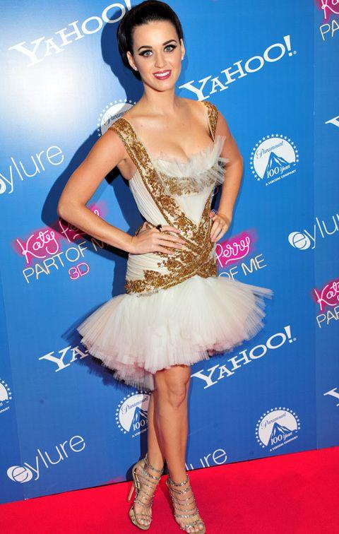 <p><strong>Katy Perry</strong> presentó en Londres 'Katy Perry: Part of Me 3D' con este escotado vestido blanco con minifalda de tul y detalles dorados firmado por <strong>Marchesa otoño 2012.</strong> Lo combinó con sandalias con tiras de&nbsp;<strong>Jimmy Choo</strong>. Nos pareció un diseño de lo más extraño...&nbsp; &nbsp; &nbsp;</p>