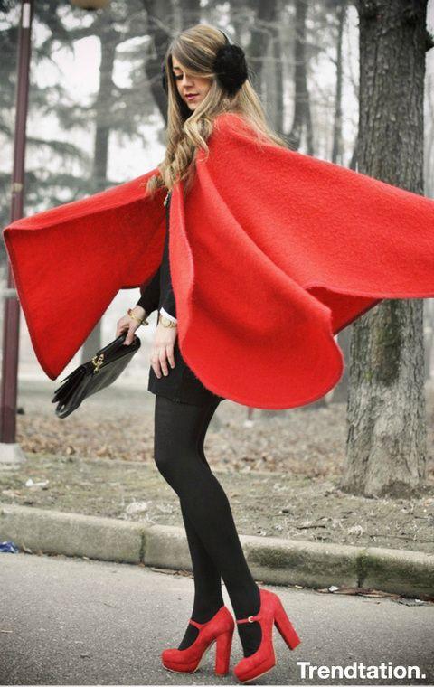 <p>¡Esta capa roja convierte a la italiana Nicoletta en una Caperucita Roja moderna! Y la verdad es que este outfit no podría ser más perfecto: vestido negro, bolso tipo cartera de estilo vintage… Aunque nos quedamos con los detalles, como las orejeras o los zapatos Mary Jane a juego con la capa.</p>