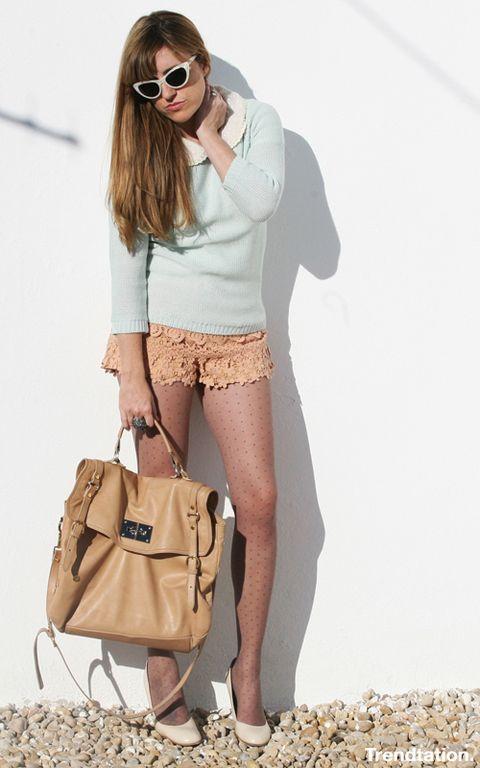 <p>¿Todavía no te has hecho con unos shorts de encaje? ¡Este verano no podrás vivir sin unos! Nos encanta cómo los combina Isabel, las medias plumetti pueden ser una buena opción para sacarlos a pasear sin pasar frío en primavera.</p>