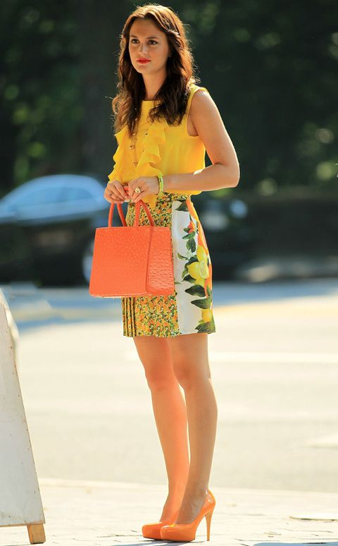 <p>Leighton Meester apuesta por esta tendencia de lucir frutas en su look cuando se mete en la piel de Blair en <i>'Gossip Girl'</i>.&nbsp;En esta ocasión luce un&nbsp;top con volantes amarillo de <strong>Peter Som</strong>, falda con estampado de limones y naranjas de <strong>Stella McCartney</strong>, pumps naranjas de <strong>Brian Atwood</strong> y bolso a juego de <strong>Riki Rosetta</strong>.</p>