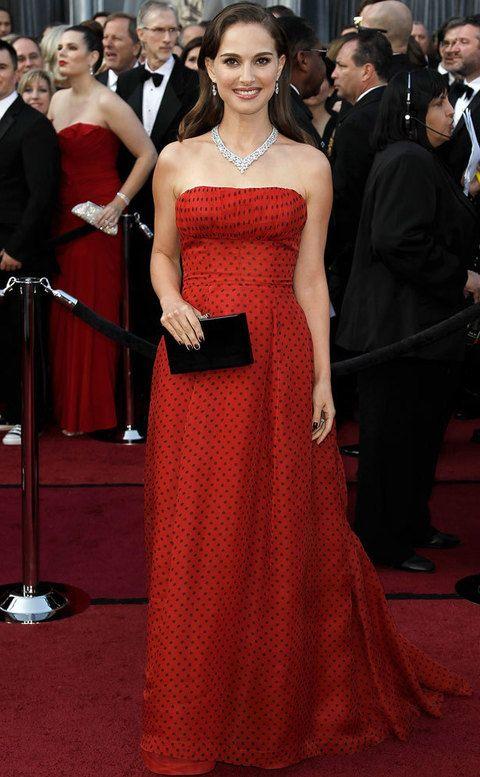 <p><strong>Pose angelical:</strong> <strong>Natalie Portman</strong> no es nada amiga de posturas forzadas, ni siquiera con afán de destacar sus puntos fuertes. Bolso por delante y brazos relajados como todo truco.</p>