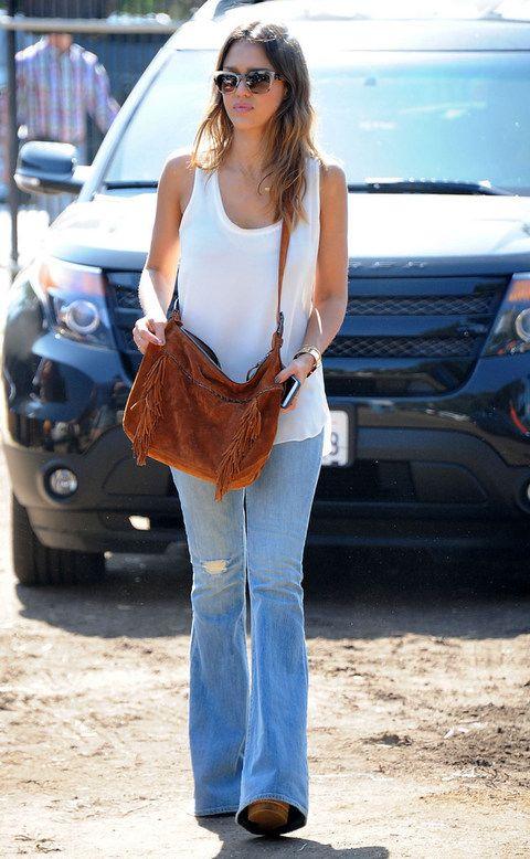 <p>Básica pero muy acertada<strong>Jessica Alba</strong> con unos campana denim, top de tirantes, bolso boho y cuñas.</p>