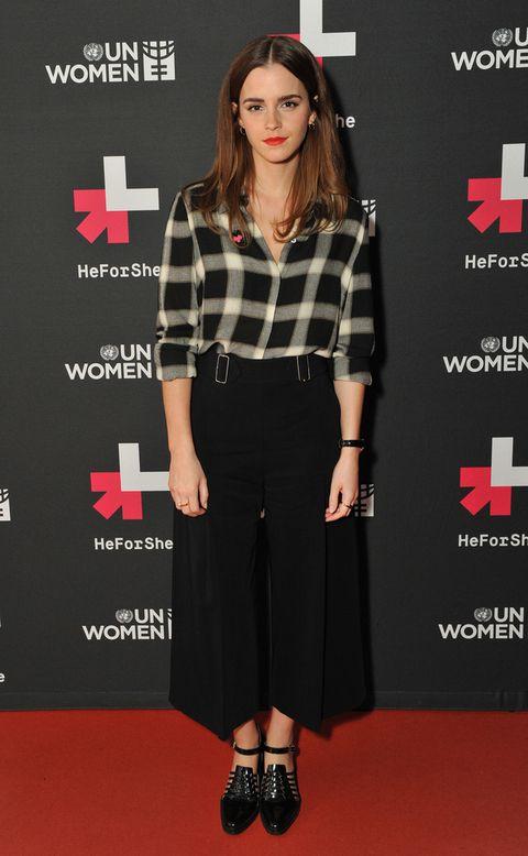 <p><strong>Emma Watson</strong> se apunta a los pantalones de moda con este modelo negro combinado con camisa de cuadros. El look lo firma &nbsp;<strong>A.L.C.</strong> y lo combina con unos zapatos de <strong>Purified</strong>.&nbsp;</p><p>&nbsp;</p>