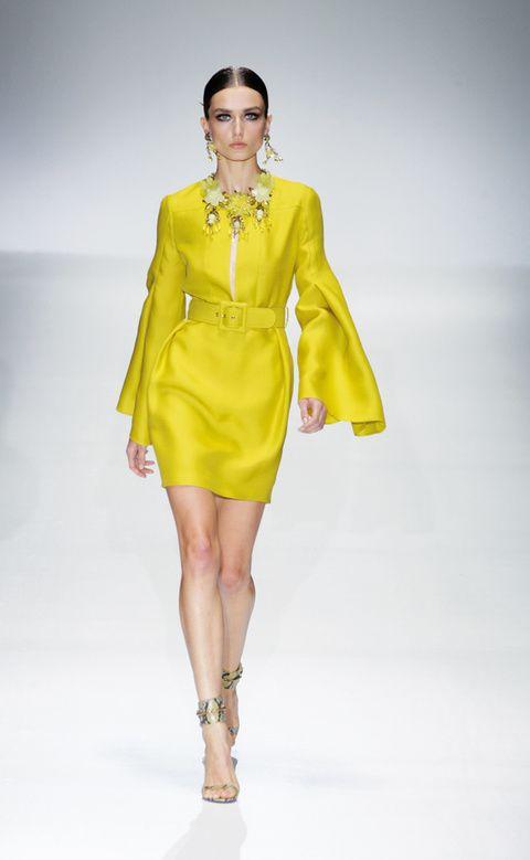 <p>Con mangas anchas y cinturón, vestido corto de <strong>Gucci</strong>.</p>
