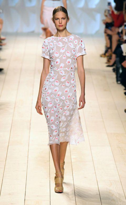 <p>Y en la misma línea romántica, las flores bordadas sutilmente en un vestido entallado en el desfile de <strong>Peter Copping para Nina Ricci.</strong></p>