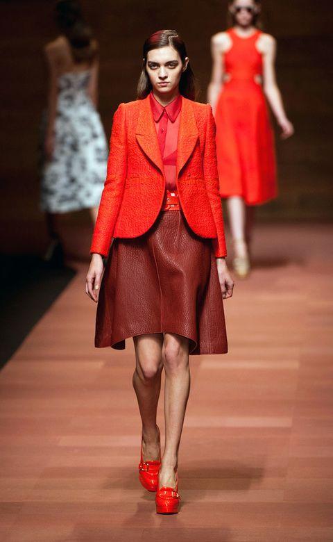 <p>Look todo en rojo: blazer, blusa semitransparente, falda en cuero y plataformas tipo mocasín de Carven. </p>