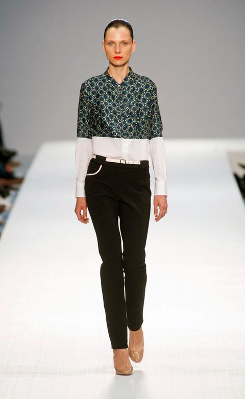 """<p> Las camisas serán estampadas por arriba y lisas por abajo y al revés. Siempre muy contrastado.<br /><strong>Lo vimos en:</strong><a href=""""http://www.elle.es/pasarelas/primavera-verano-2013/mujer/londres/paul-smith/paul-smith"""" target=""""_blank"""">Paul Smith &nbsp;</a></p>"""