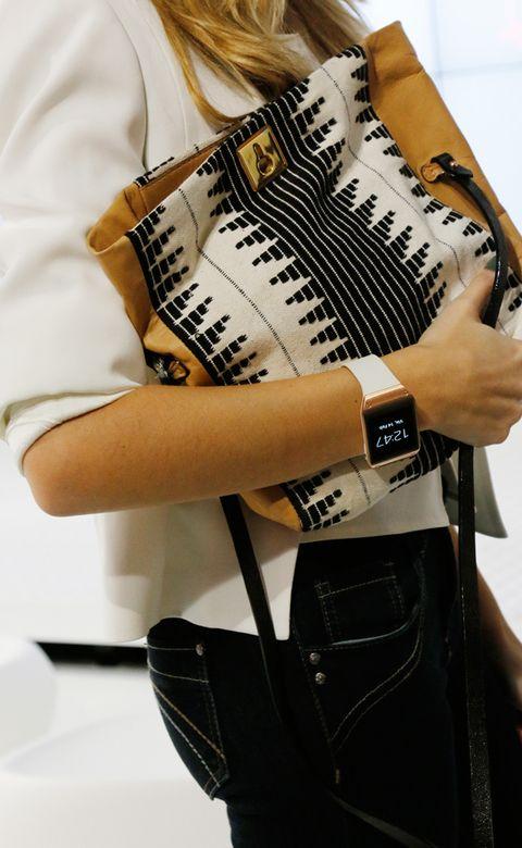 <p>El bolso de Hoss Intropia, con estampado en blanco y negro, es perfecto para una intensa jornada de trabajo y combina perfectamente con el Samsung Galaxy Gear de Mirian.&nbsp;</p>