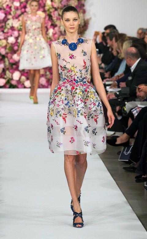 <p><strong>Oscar de la Renta</strong> nos enamoró con este diseño lady de flores y aplicaciones en 3D muy romántica.</p>