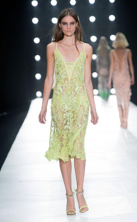 <p>Vestido calado de encaje con `maxi`escote en 'V', de <strong>Roberto Cavalli.</strong></p>