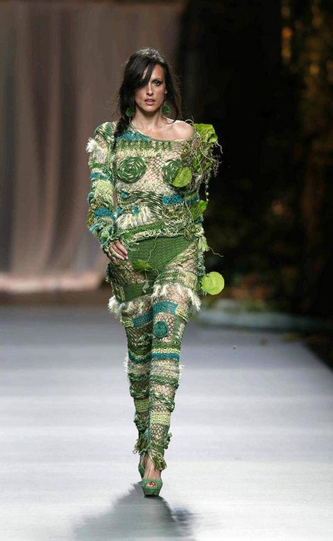 """<p>Este modelo de Francis Montesinos nos parece excesivo por tener demasiado crochet, demasiadas plumas y también por que pensamos que dará bastante calor. <br /><a href=""""http://www.elle.es/pasarelas/primavera-verano-2013/mujer/madrid/francis-montesinos/francis-montesinos"""" target=""""_blank"""">No te pierdas el desfile al completo</a></p>"""