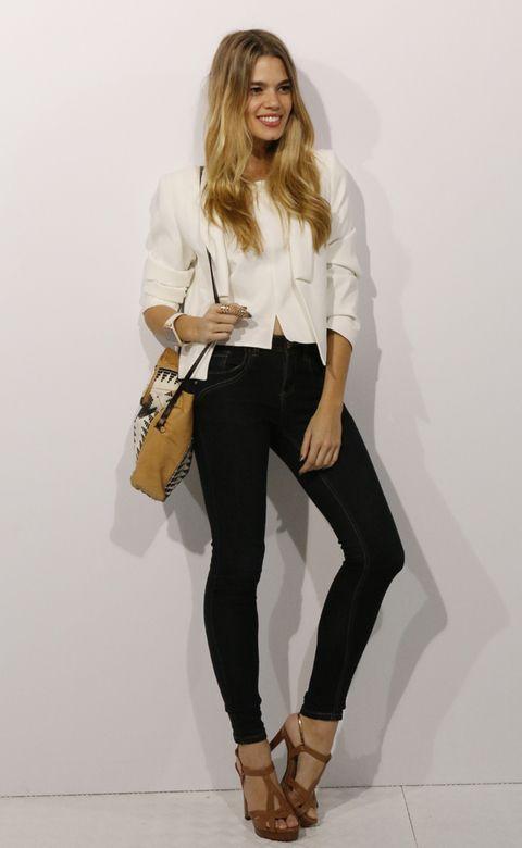 <p>El primer día de la MBFWM. Mirian eligió un outfit sencillo y elegante: chaqueta y camisa blancas de Mango, pantalón de Primark, sandalias de Pura López y bolso de Hoss Intropia. Y, por supuesto, Samsung Galaxy Gear y Galaxy Note 3. </p>