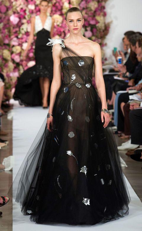 <p>La propuesta en color negro de <strong>Oscar de la Renta</strong> es romántica, con aplicaciones de flores y mucho tul.</p>