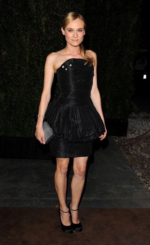<p>La actriz asistió ayer a la fiesta pre Oscar que celebró Chanel. ¿Será una pista sobre el vestido que llevará esta noche? Mientras, nos encantó con este mini vestido con palabra de honor en negro. Perfecta, como siempre.</p>
