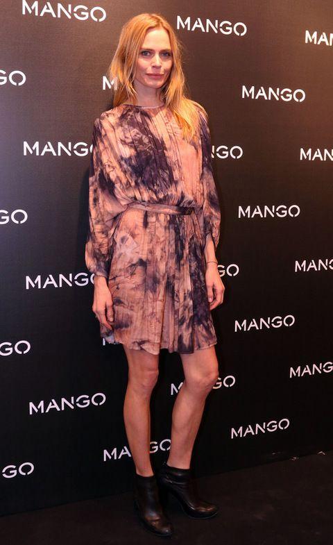 <p><strong>Verónica Blume</strong> con un romántico vestido plisado con estampado en rosa pastel y violeta, más un par de botines negros.</p>
