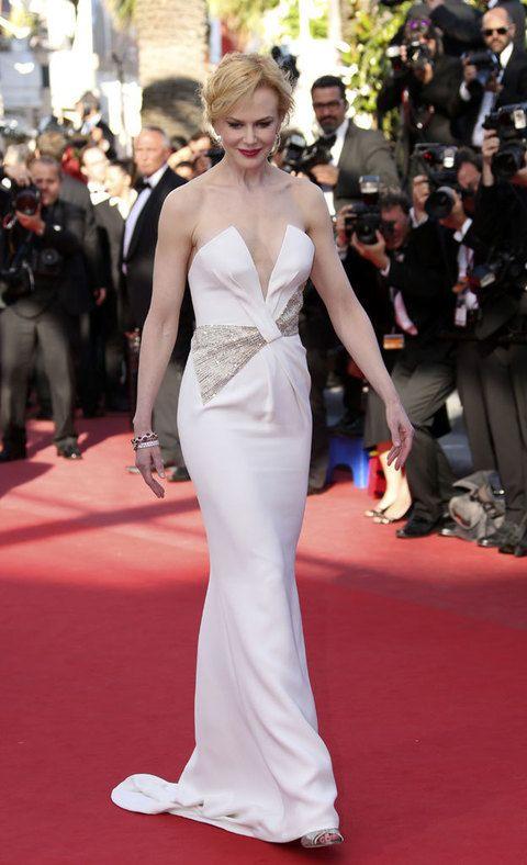 <p>Nicole Kidman, la miembro del jurado de esta edición se enfundó de nuevo en un 'long white dress' de<strong>Giorgio Armani</strong> con un motivo en forma de lazo semitransparente adornando su cintura.</p>