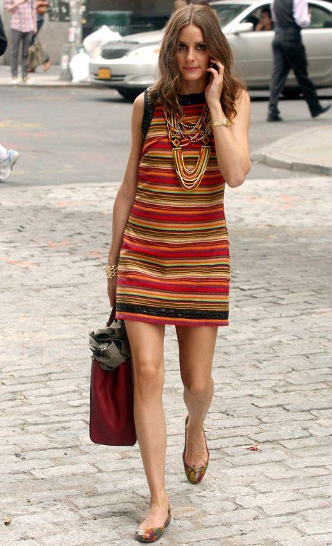 <p>Suben las temperaturas y Olivia elige algo cómodo y fresquito. En ocasión apuesta por un vestido a rayas en tonos rojos, naranjas y verdes con detalles joya en negro.</p>