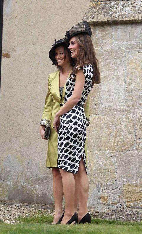 <p>Inolvidable esa foto en la que la hermanísima (Pippa, 31) portaba la cola del vestido de novia en la boda de la actual duquesa de Cambridge (Kate, 33). También son inseparables.</p>