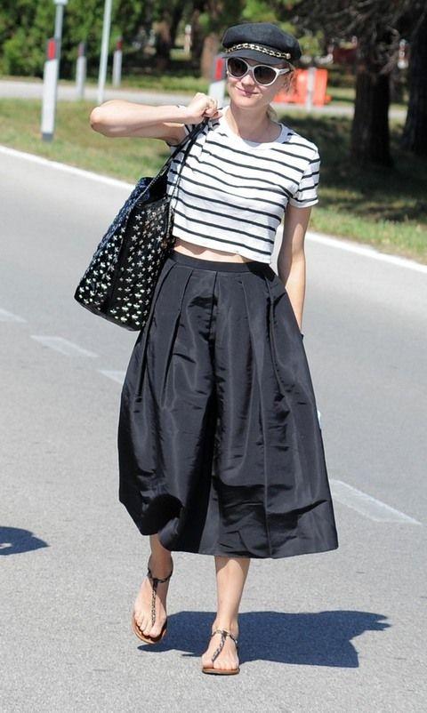<p><strong>Diane Kruger</strong> es la mejor maestra que podemos encontrar para darle un giro de 180 grados a un básico atemporal con una camiseta de rayas. La actriz luce un modelo en blanco y negro crop top combinado con una falda lady, sandalias planas, gorra con detalle joya y bolso de estrellas.</p>