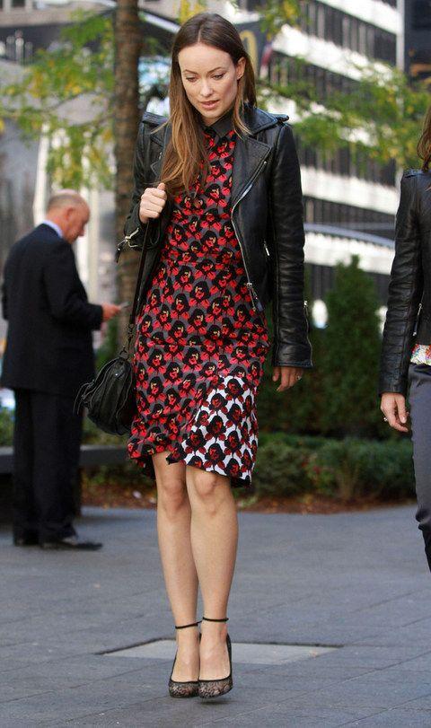 <p><strong>Olivia Wilde</strong> combina un minivestido estampado en rojo, negro y blanco con una 'perfecto', zapatos al tobillo de encaje y bolso bandolera en negro.&nbsp;</p>