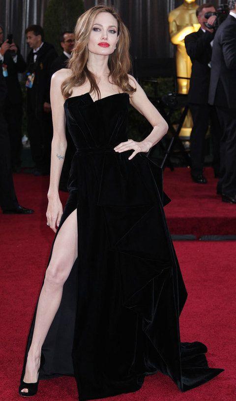 <p><strong>Pose de 'femme fatale':</strong> no abandonó esta postura en toda la noche, pierna derecha fuera, mano en la cadera y barbilla ligeramente levantada. Todo una declaración de intenciones de Angelina Jolie que hizo de ella la auténtica estrella de la alfombra roja.</p>