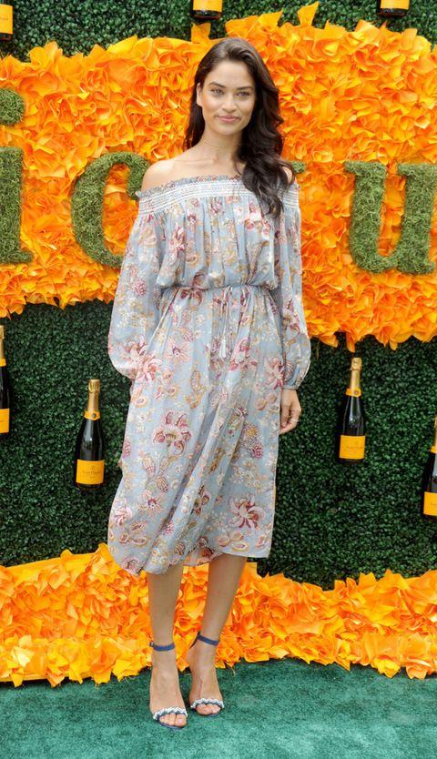 <p>Con los hombros al aire y manga larga. ¿Puede ser más romático el vestido de <strong>Shanina Shaik</strong>? ¡Nos encanta!</p>