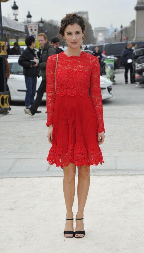 <p>Si estas buscando un look muy estival, copia a <strong>Melanie Bernier</strong> y su vestido de encaje y falda plisada en rojo, el color perfecto para las bodas. A los pies, unas sandalias de tacón con pulsera al tobillo.</p>