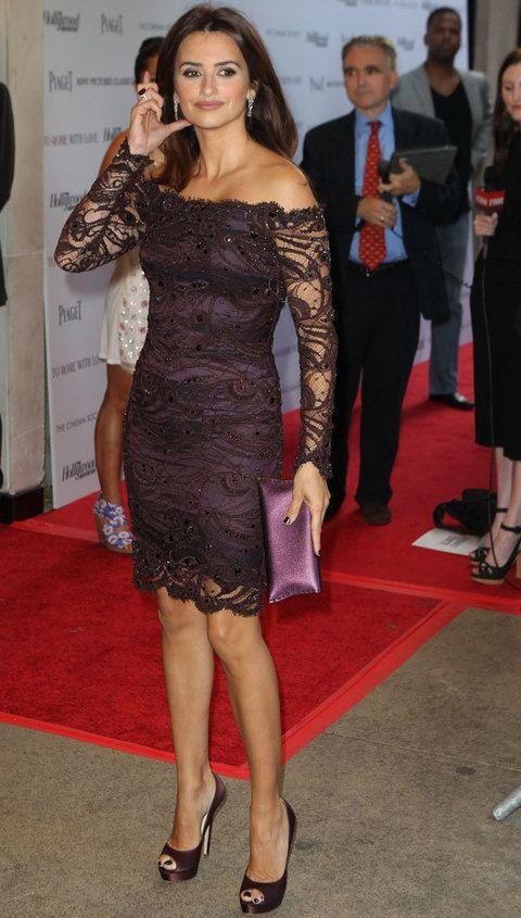 <p>La actriz mantuvo el total look con unos peep toe y un clutch del mismo tono que su vestido.</p>