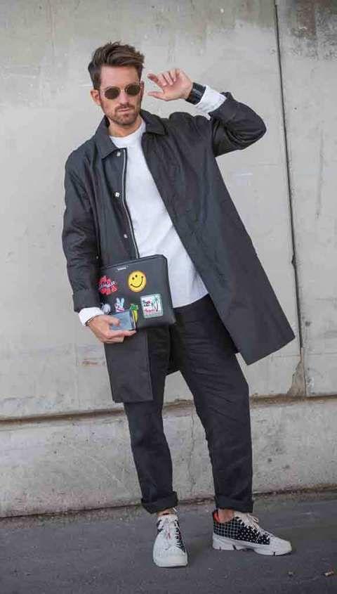 <p>Alberto viste canmiseta y pantalón de Margiela, gabardina de H&amp;M, zapatillas de Clarks y portadocumentos personalizado de Trendyslang. Y su Gear S con correa de cocodrilo negro de Alvarno. </p>